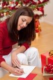 Attraktive Brunetteschreiben Weihnachtskarten Stockbild