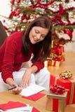 Attraktive Brunetteschreiben Weihnachtskarten Lizenzfreies Stockbild