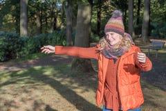 Attraktive dör blond Fraustreckt den Arme zurUmarmung ausen Royaltyfri Bild