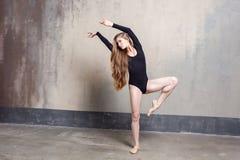 Attraktive dünne Ballerina genießen den Tanz lizenzfreie stockfotos