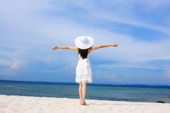 Attraktive Dame auf dem Strand Lizenzfreies Stockfoto