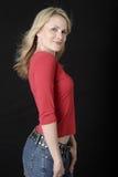 Attraktive Dame in den Jeans und in der roten beiläufigen Oberseite Stockfotos