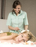 Attraktive Dame, die Badekur erhält Lizenzfreie Stockbilder