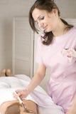 Attraktive Dame, die Badekur erhält Stockbilder