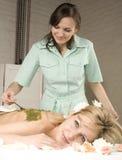 Attraktive Dame, die Badekur erhält Lizenzfreies Stockbild