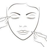 Attraktive Dame, die Gesichtspflege und Tätowierung und dauerhafte Make-uptätowierung erhält Stockfoto