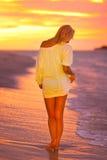 Attraktive Dame am tropischen Strand im Sonnenuntergang. Stockfoto
