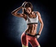 Attraktive Eignungsfrau, ausgebildeter weiblicher Körper, Lebensstil portrai Stockfoto