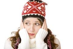 Attraktive einfrierende Frau mit Schutzkappe und Schal Stockbilder