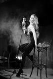 Attraktive elegante Retro- Frau, Sänger mit mic Noir Art Lizenzfreie Stockfotos