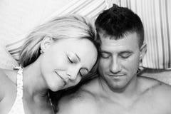 Attraktive entspannende Paare lizenzfreie stockfotografie