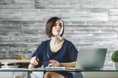 Attraktive europäische Frau, die an Projekt arbeitet lizenzfreie stockbilder