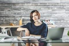 Attraktive europäische Geschäftsfrau, die an Projekt arbeitet lizenzfreie stockfotos