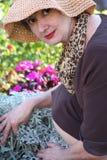 Attraktive fällige Frau im Garten lizenzfreie stockfotos