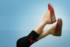 Attraktive Füße der Dame mit Polka punktierten Schuhen Lizenzfreie Stockbilder