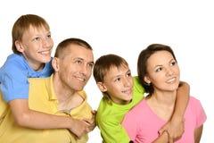 Attraktive Familie in den hellen T-Shirts Stockfotos