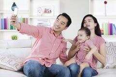 Attraktive Familie, die selfie Foto macht Lizenzfreies Stockbild
