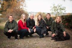 Attraktive Familien-Haltung für ein Portrait draußen Stockfotografie