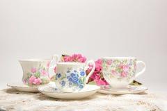 Attraktive feine Teeschalen des feinen Porzellans auf einem neutralen Hintergrund Lizenzfreie Stockbilder
