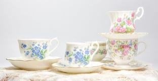 Attraktive feine Teeschalen des feinen Porzellans auf hellem Hintergrund Stockfoto