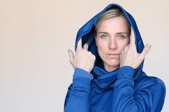 Attraktive Frau auf blaue Wintermode Lizenzfreie Stockfotos