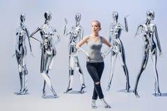 Attraktive Frau auf Hintergrund von vielen metallisches glänzendes Mannequin Lizenzfreie Stockbilder