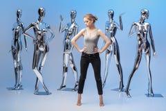 Attraktive Frau auf Hintergrund von vielen metallisches glänzendes Mannequin Stockbilder