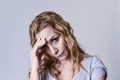 Attraktive Frau auf ihren dreißiger Jahren traurig und deprimiert, die Kamera in der Sorge betrachtend Lizenzfreie Stockbilder