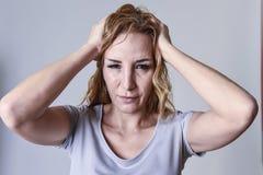 Attraktive Frau auf ihren dreißiger Jahren traurig und deprimiert, die Kamera in der Sorge betrachtend Lizenzfreies Stockfoto
