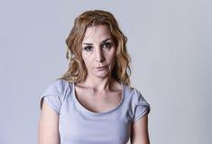 Attraktive Frau auf ihren dreißiger Jahren traurig und deprimiert, die Kamera in der Sorge betrachtend Stockbild