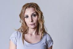 Attraktive Frau auf ihren dreißiger Jahren traurig und deprimiert, die Kamera in der Sorge betrachtend Lizenzfreie Stockfotos