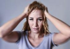 Attraktive Frau auf ihren dreißiger Jahren traurig und deprimiert, die Kamera in der Sorge und im Leid betrachtend Lizenzfreies Stockbild