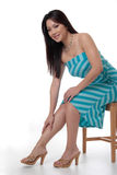 Attraktive Frau auf Stuhl Stockfoto