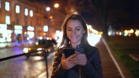 Attraktive Frau benutzt einen Smartphone beim Gehen durch die Straßen der Glättungsstadt stock video footage