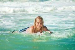 Attraktive Frau bodyboards auf Surfbrett Lizenzfreies Stockfoto