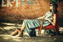 Attraktive Frau in den Jeans stockfoto