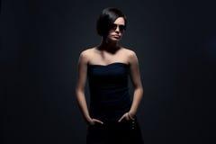 Attraktive Frau in den Sonnenbrillen Stockfoto