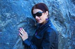 Attraktive Frau in den Sonnenbrillen stockbild