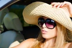 Attraktive Frau in den Sonnenbrillen und im sunhat Lizenzfreie Stockbilder