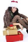 Attraktive Frau in der braunen Wolljacke mit Geschenken Stockfoto