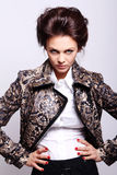 Attraktive Frau in der Lederjacke Stockfoto