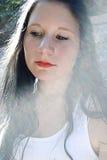 Attraktive Frau in der Leuchte Stockfotografie