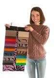 Attraktive Frau in der Strickjacke, die Gewebemuster hält Lizenzfreies Stockbild
