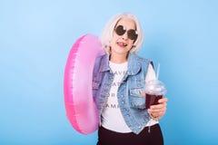 Attraktive Frau des Active recht, die Cocktail und das Lächeln hält Stockfotos