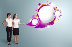 Attraktive Frau, die abstrakten Spracheblasenexemplarplatz darstellt Lizenzfreies Stockfoto