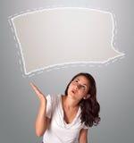 Attraktive Frau, die abstrakten Spracheblasenexemplarplatz schaut Lizenzfreie Stockfotos
