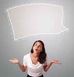Attraktive Frau, die abstrakten Spracheblasenkopienraum schaut Stockfotos