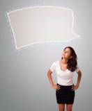 Attraktive Frau, die abstrakten Spracheblasenkopienraum schaut Lizenzfreie Stockbilder