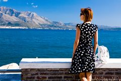Attraktive Frau, die auf der Gaeta Seeküste steht Stockbild