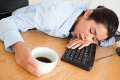 Attraktive Frau, die auf einer Tastatur schläft Lizenzfreie Stockbilder